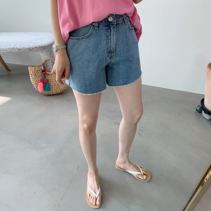 Wide-Legged Raw Hem Denim Shorts